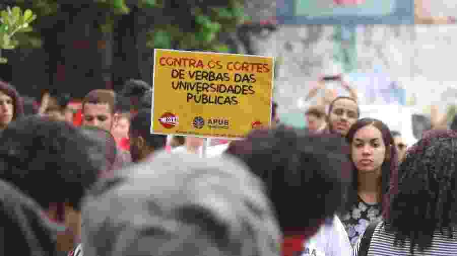 15.mai.2019 - Manifestantes protestam contra bloqueio na educação em frente à UFBA (Universidade Federal da Bahia), em Salvador - Mauricia Da Matta/Agência O Dia/Estadão Conteúdo