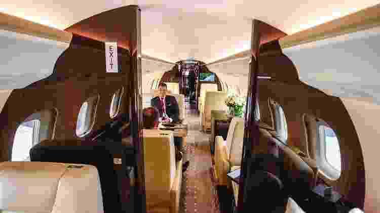 A cabine interna do Bombardier Global 6000 é divida em três ambientes, com área de descanso e mesa de trabalho - Marcelo Pereira/UOL - Marcelo Pereira/UOL