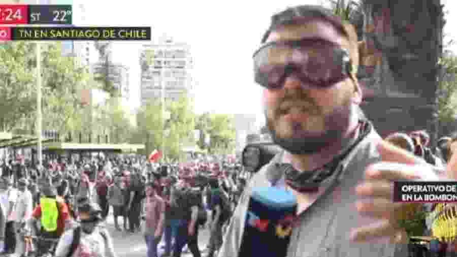 Repórte é atingido por bala de borracha durante transmissão de manifestações no Chile - Reprodução/TN