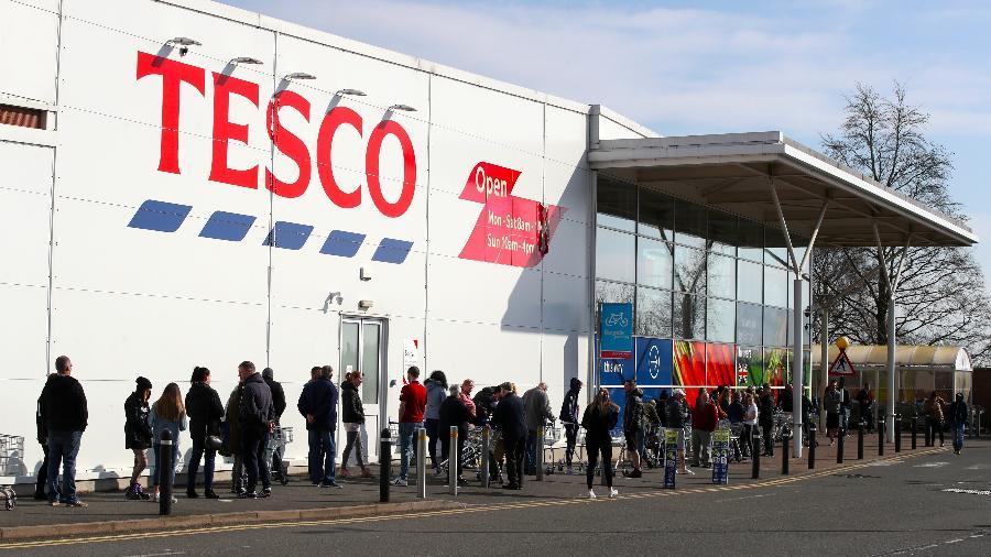 22.mar.2020 - Pessoas na fila do supermercado Tesco, na Inglaterra - Nick Potts / PA Images via Getty Images