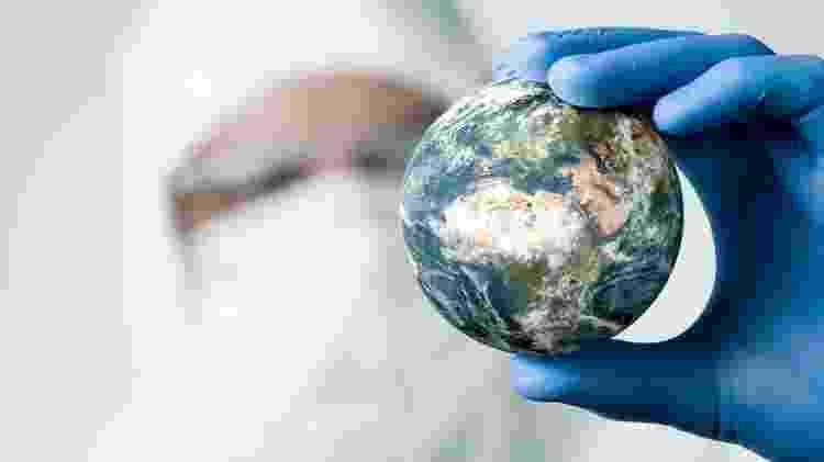 Mão segurando o planeta Terra - Getty Images - Getty Images
