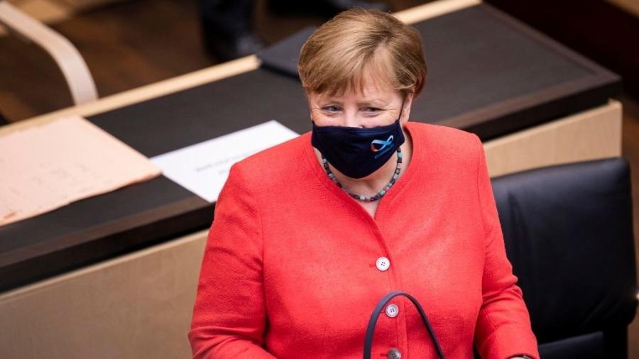 A chanceler alemã, Angela Merkel, faz primeira aparição pública usando uma máscara no rosto, em Berlim (Alemanha) - Florian Gaertner/Photothek via Getty Images