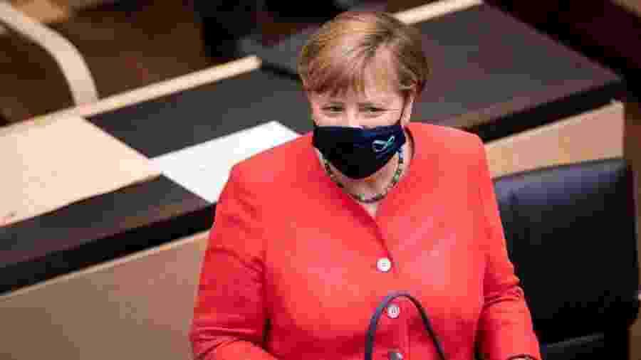 3.jul.2020 - A chanceler alemã, Angela Merkel, usa máscara no rosto durante discurso - Florian Gaertner/Photothek via Getty Images