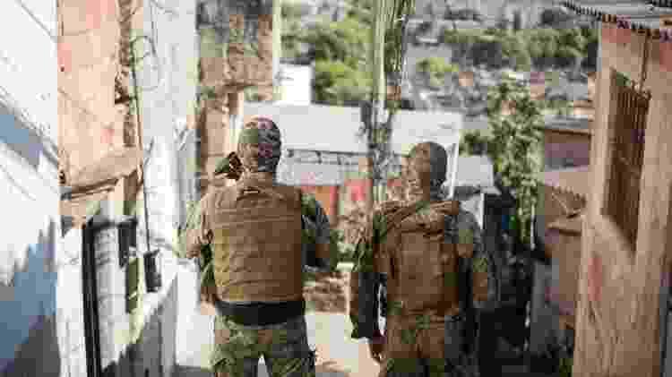 Policiais durante operação em favela do Rio de Janeiro - Getty Images - Getty Images