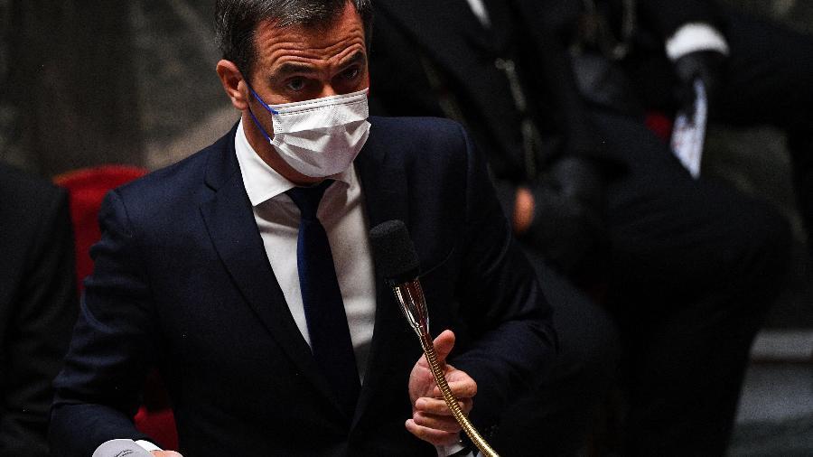 """O ministro afirmou que as suspensões são """"temporárias"""" e afetam principalmente pessoas que trabalham nos setores administrativos - Christophe Archambault/AFP"""