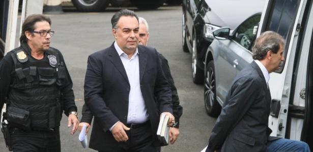 24.jun.2015 - O ex-deputado André Vargas sai da sede da Polícia Federal em Curitiba