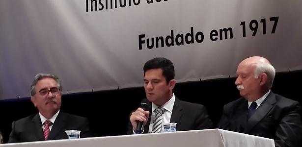 Juiz Sergio Moro (centro) não falou sobre a Lava Jato e recusou-se a atender pedidos de entrevistas dos jornalistas - Carlos Ohara/UOL