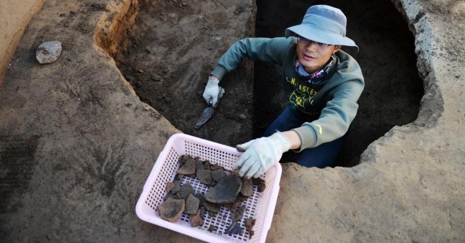 11.ago.2015 - Uma equipe de arqueólogos trabalha em Lingtao County, noroeste da China. O Instituto de Arqueologia da Academia Chinesa de Ciências Sociais começou pela segunda vez uma grande escavação em uma área do grupo neolítico Majiayao (3.300-2.000 a.C). O sítio arqueológico foi descoberto pelo arqueólogo sueco Johan Gunnar Andersson, em 1924