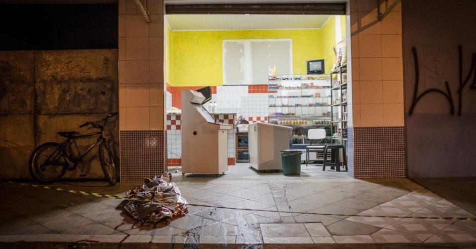 14.ago.2015 - Sorveteria é isolada após ataques realizados nesta madrugada, na Grande São Paulo. Ao menos 20 pessoas foram mortas e sete ficaram feridas em uma série de ataques na região, no intervalo de 2h30. Segundo testemunhas, os ataques a tiros forma realizados por homens em um carro