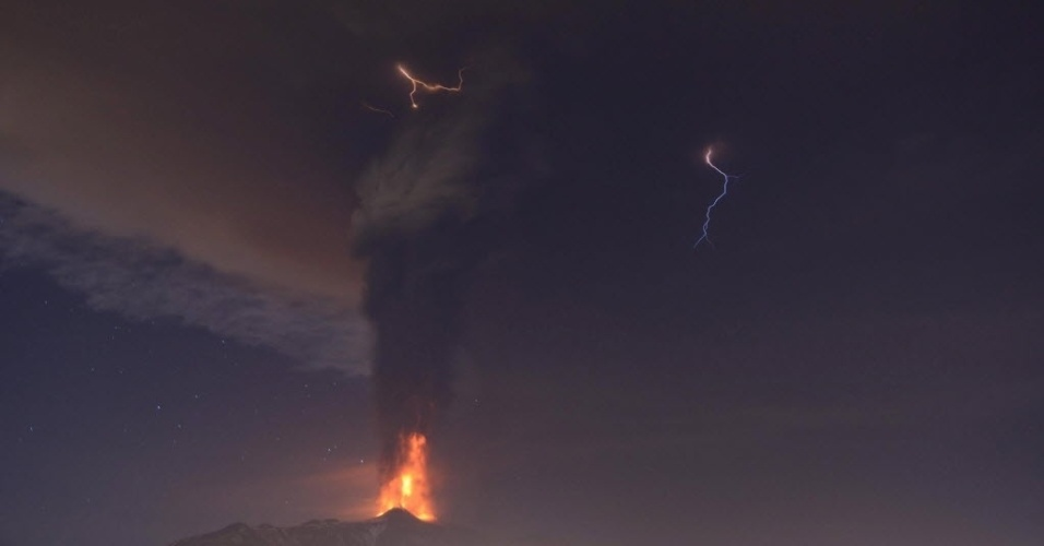 4.dez.2015 - O vulcão monte Etna, na ilha italiana da Sicília, entrou em erupção pela primeira vez em dois anos. O vulcão expeliu cinzas e lava a vários quilômetros de altura