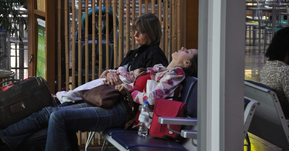 3.fev.2016 - Passageiros esperam para viajar em aeroporto de Porto Alegre (RS), onde a paralisação de aeroviários atrasou pousos e decolagens. A categoria pede reajuste salarial de 11%, para reposição da inflação de 2015. A paralisação, que ocorreu em 12 aeroportos, teve início às 6h e foi encerrada às 8h