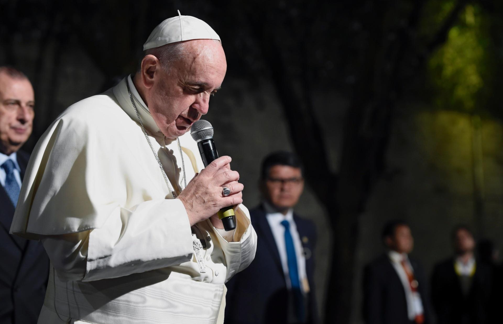 12.fev.2016 - Papa Francisco reza em sua chegada à Cidade do México. Fiéis católicos foram às ruas da capital para cumprimentar o papa após o pontífice realizar uma reunião histórica com o chefe da Igreja Ortodoxa Russa em Cuba, na sexta-feira (12)