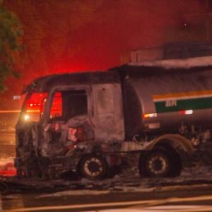 Acidente envolvendo dois caminhões afetou o viaduto Santo Amaro, no último sábado (13)