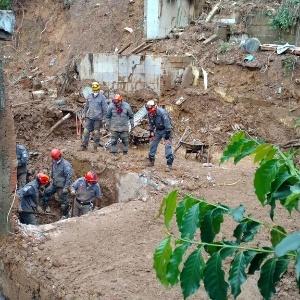Neste domingo (13), bombeiros continuavam buscas por cinco desaparecidos em Mairiporã