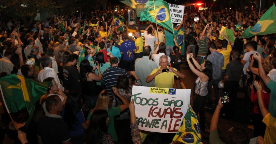 16.mar.2016 - Mais de mil manifestantes se reúnem em frente ao prédio da Justiça Federal, em Curitiba (PR), em um protesto contra a nomeação do ex-presidente Luiz Inácio Lula da Silva como ministro da Casa Civil e pedindo pela renúncia da presidente Dilma Rousseff