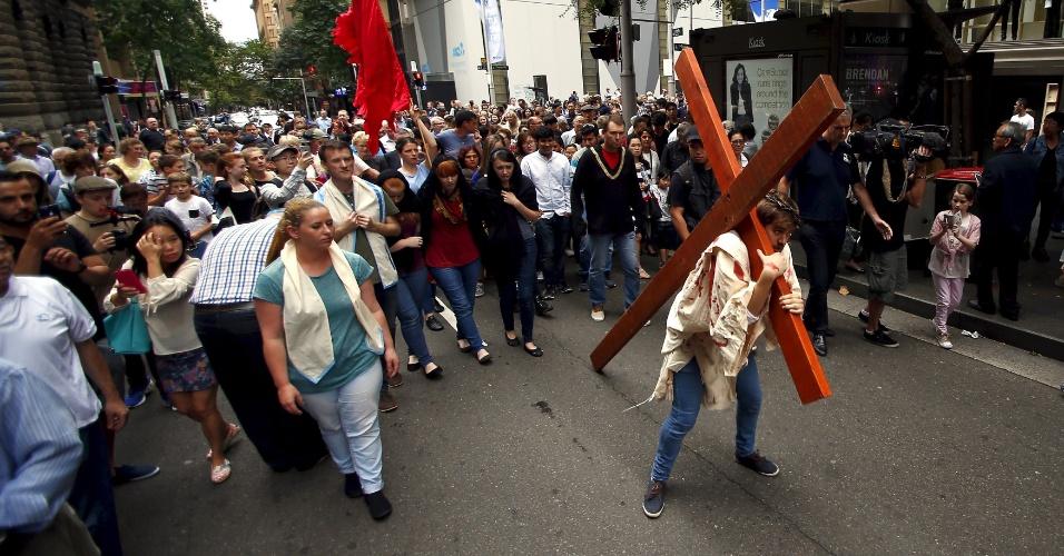 25.mar.2016 - O ator Brendan Paul faz o papel de Jesus Cristo em encenação que marca a celebração da Sexta-feira Santa na região central de Sydney, na Austrália
