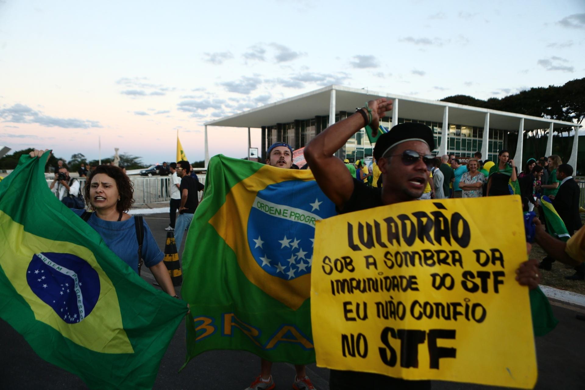 14.abr.2016 - Manifestantes protestam contra a presidente Dilma Rousseff e o ex-presidente Lula em frente ao Supremo Tribunal Federal (STF) durante julgamento do recurso do governo contra impeachment de Dilma