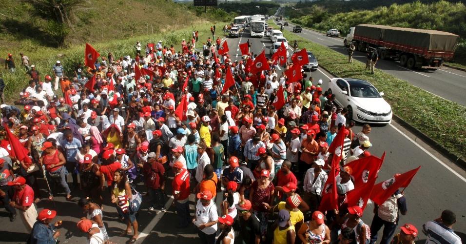 16.abr.2016 - Militantes do MST (Movimento dos Trabalhadores Sem Terra) bloquearam na manhã deste sábado a BR-324 no sentido Salvador (BA) para protestar contra o impeachment da presidente Dilma Rousseff. Após o desbloqueio, os integrantes  seguiram para o Farol da Barra, na capital baiana, onde pretendem permanecem em vigília até o domingo