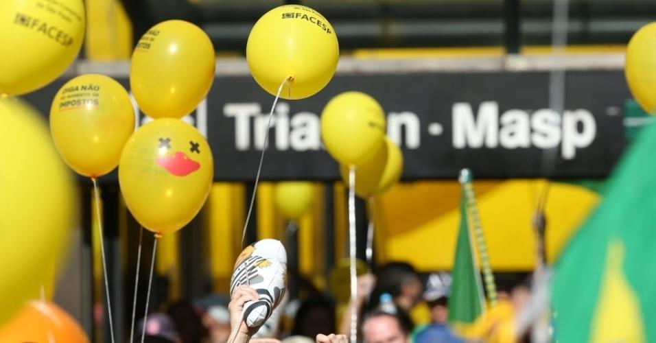 17.abr.2016 - Manifestantes favoráveis ao impeachment da presidente Dilma Rousseff se concentram na avenida Paulista, região central de São Paulo