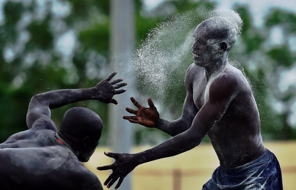 19.abr.2016 - Lutadores do Sudão do Sul lutam pela paz na capital Juba. O último combate pela paz foi realizado um dia antes da guerra civil eclodir, há três anos. A luta é uma forma popular de manter as tradições e fazer com que a população socialize. Os sudaneses acreditam que o esporte fortalece os homens e dá coragem para enfrentar a vida. Como prática tradicional, as comunidades competem em concursos e festas populares