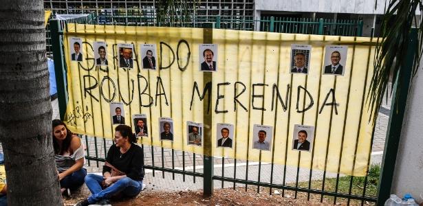 Estudantes fazem vigília na frente da Assembleia Legislativa de São Paulo