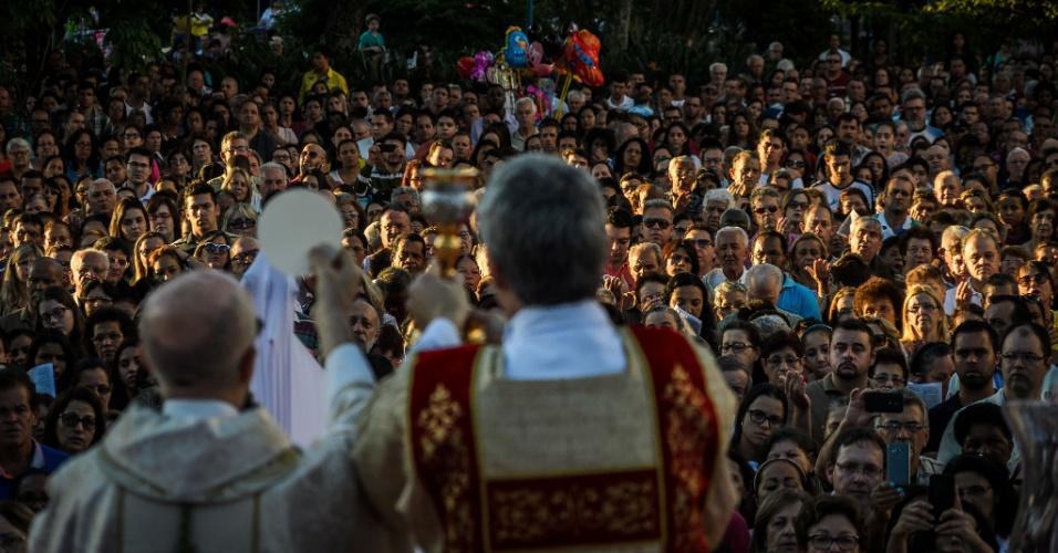 26.mai.2016 - Fiéis acompanham a missa de Corpus Christi na praça Nossa Senhora da Conceição, em Franca, no interior de São Paulo