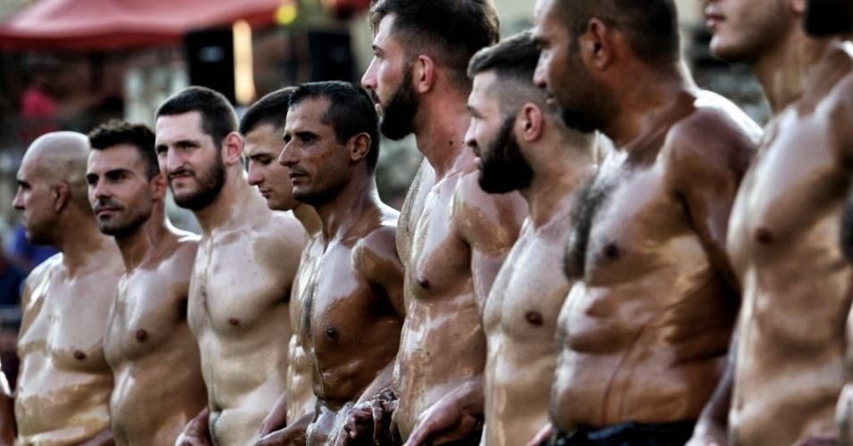 """1º.jul;2016 - Atletas se preparam para uma competição de luta livre de óleo, em Sohos, uma aldeia na Grécia. Os lutadores são conhecidos como """"pehlivan"""" e usam adereços feitos de pele de búfalo e couro de bezerro"""