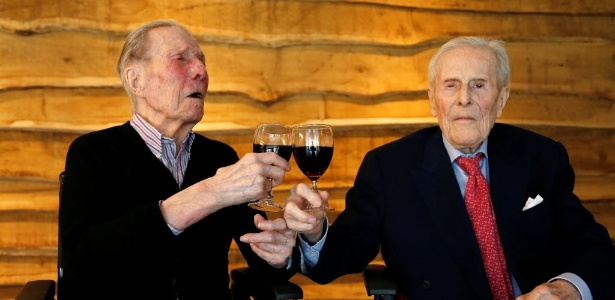 Os irmãos gêmeos belgas Paulus e Pieter Langerock celebram mais um aniversário, o 103º deles, em Sint-Martens-Latem, na Bélgica