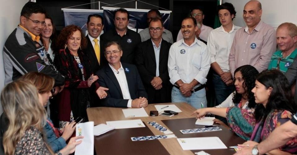 4.ago.2016 - O PSD escolheu o atual vice-prefeito de Belo Horizonte, Délio Malheiros (ao centro, sentado), como candidato à prefeitura da capital, em reunião na sede do partido, no bairro Barro Preto