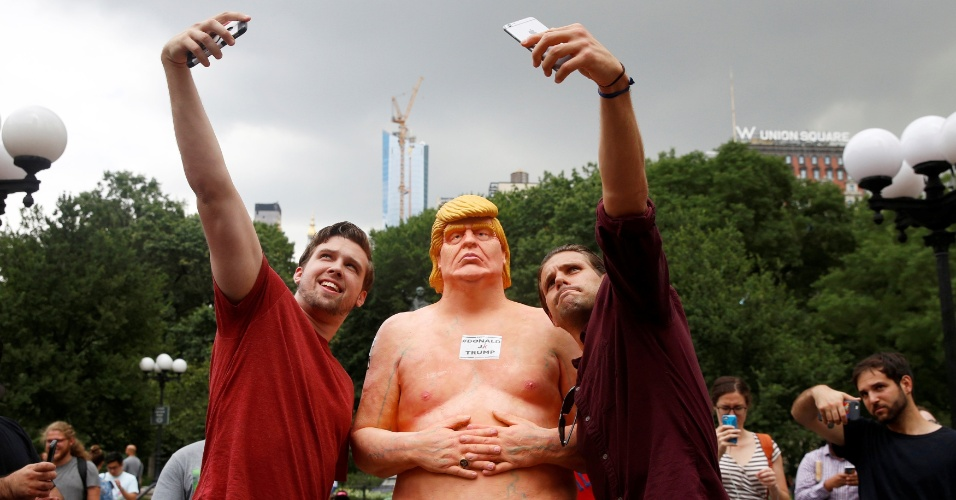 18.ago.2016 - Jovens posam para selfie com estátua de Trump em Union Square Park, em Nova York