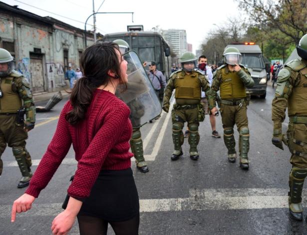 Manifestantes marcham em memória aos 43 anos do golpe militar no Chile, em Santiago