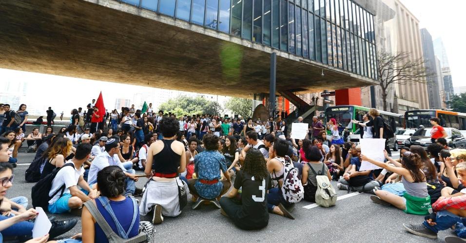 18.out.2016 - Estudantes fazem novo protesto contra reforma do ensino médio em frente ao vão Masp, na Avenida Paulista, região centro-sul da cidade de São Paulo
