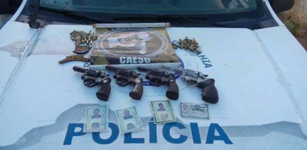 Policiais militares baianos apresentam fotografias de suspeitos mortos em uma operação