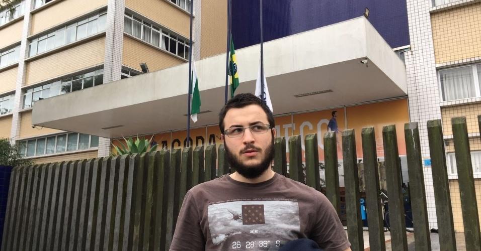 3.dez.2016 - Lucas Faccio, 17, foi o primeiro candidato a sair da faculdade Bagozzi, zona sul de Curitiba. Ele é aluno do Colégio Estadual do Paraná, maior do estado e ícone das ocupações, e achou a prova fácil