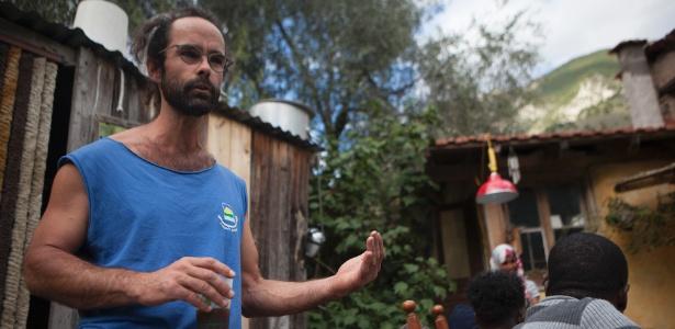 Cedric Herrou, produtor de azeitonas que ajudou imigrantes que cruzaram a fronteira ilegalmente da Itália para a França, em sua casa nas montanhas em Breil-sur-Roya, na França