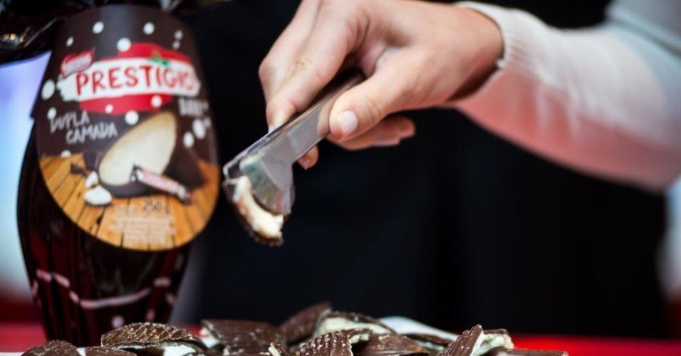 """O ovo de Páscoa Prestígio, da Nestlé, ganha este ano a versão """"dark"""", com recheio de coco e chocolate meio amargo . A empresa não divulgou o preço sugerido do produto (250g)"""