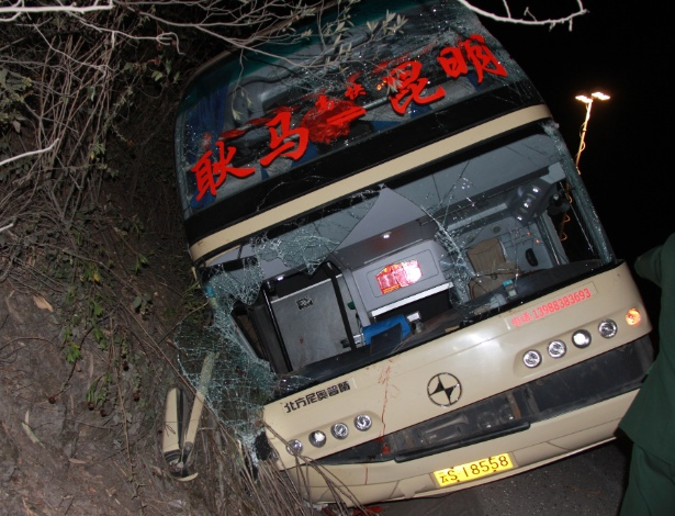 Ônibus tombado na estrada depois de colisão com caminhão em estrada