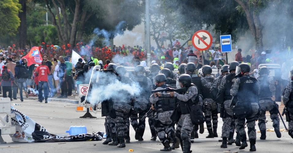 24.mai.2017 - Manifestantes de centrais sindicais e movimentos sociais entram em confronto com a Polícia Militar. Bombas de gás lacrimogêneo foram lançadas para dispersar o tumulto