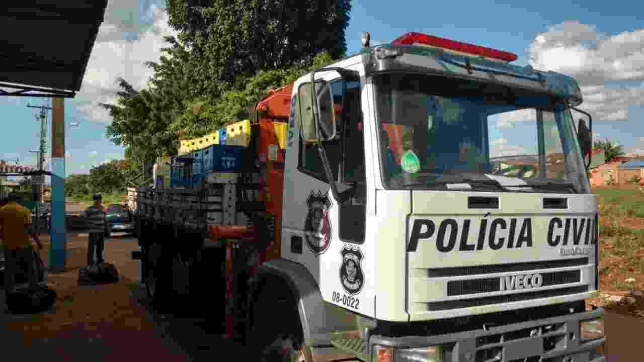 A Polícia Civil precisou de um caminhão para levar a carga de cervejas apreendidas - Divulgação/Polícia Civil