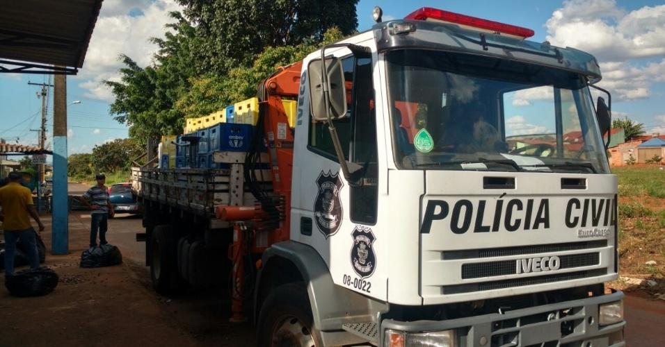 A Polícia Civil precisou de um caminhão para levar a carga de cervejas apreendidas