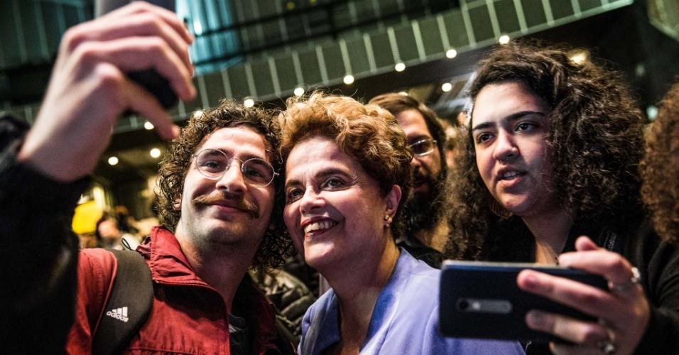 05.jun.2017 - Ex-presidente Dilma Rousseff (PT) é tietada durante abertura do Salão do Livro Político na PUC, em São Paulo