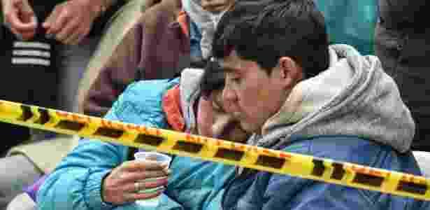 Parentes de mineiros colombianos soterrados aguardam por notícias - Luis Acosta/AFP Photo