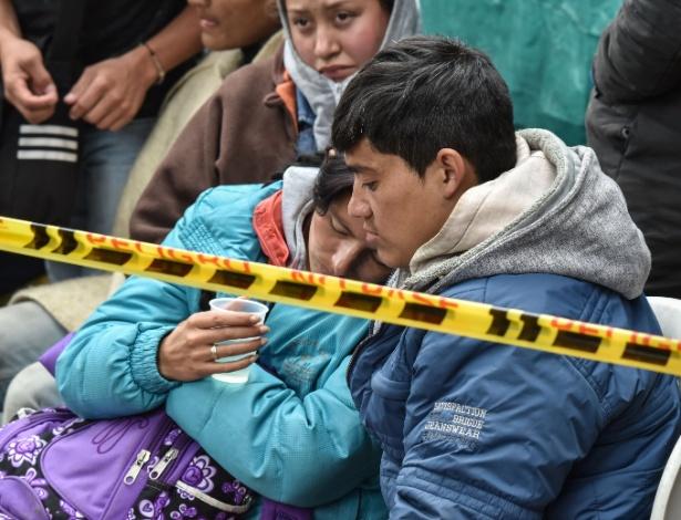 Parentes de mineiros colombianos soterrados aguardam por notícias