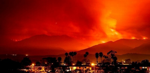 Foto de 8 de julho mostra incêndio de grandes proporções próximo a Santa Ynez, California - Calfire/Handout via Reuters
