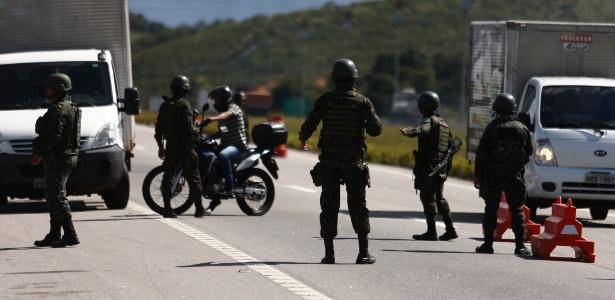 """31.jul.2017 - Militares patrulham vias no 4º dia a Operação """"O Rio Quer Segurança e Paz"""""""