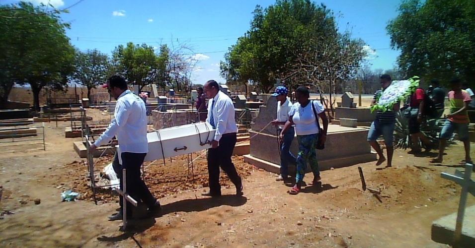 Enterro de uma das vítimas do incêndio na creche em Janaúba (MG), neste sábado (7)