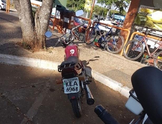 A moto chamou a atenção pela placa de papelão e acabou apreendida