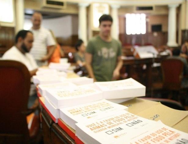 Moradores de Niterói comparecem a local de votação durante plebiscito, no domingo (29)