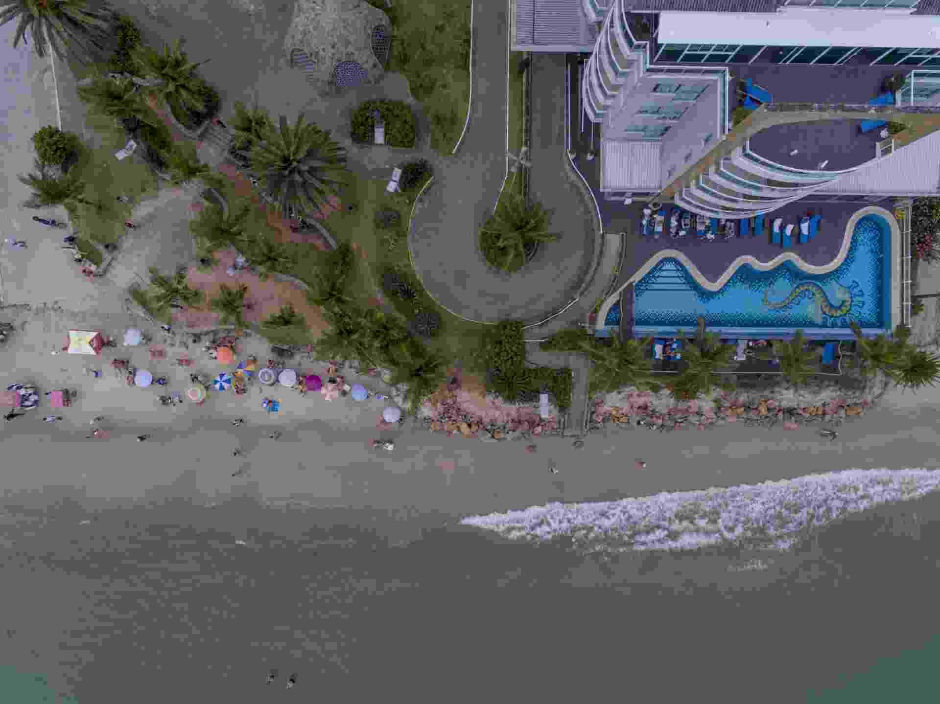 23.nov.2017 - Vista aérea do pequeno espaço de faixa de areia na praia de Canasvieiras, ao norte de Florianópolis, causado pela forte ressaca do mar - Flávio Tin/UOL