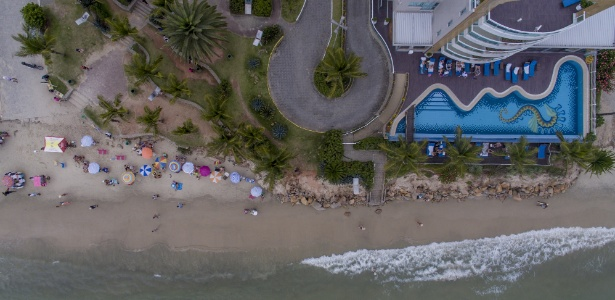 Vista aérea do pequeno espaço de faixa de areia na praia de Canasvieiras, ao norte de Florianópolis, causado pela forte ressaca do mar